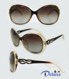 Gafas de sol plásticas de la manera del nuevo diseñador de la marca de fábrica para las mujeres con su insignia (DP1123YZ)
