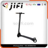 Individu de deux roues équilibrant la planche à roulettes électrique, scooter se pliant d'E