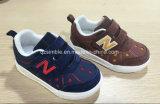 2017の新しい子供の子供の偶然のスニーカーの靴