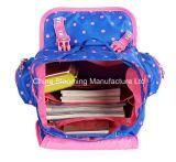 소녀 학생 부대가 나일론 귀여운 만화 학교 어깨 책가방에 의하여 농담을 한다