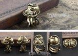 開いたレトロカラー半分を模倣している黄銅作られた男性のリングのタコ