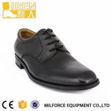 黒く完全な穀物牛革ユニフォームの靴