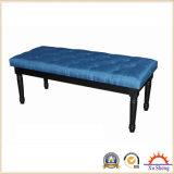 木製の毛深く黒いファブリックによって房状にされている装飾されたパネルのベッドのベンチ