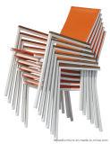 Mobilia dell'interno/esterna che impila pranzando presidenza con rivestimento bianco del blocco per grafici della parte posteriore arancione dell'imbracatura