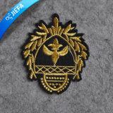 ユニフォームのための新しい方法王冠の刺繍パッチ