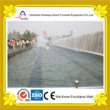 Fontana di acqua di musica del fiume con nebbia fredda