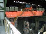 Завод по изготовлению стали используемый в сталелитейном заводе бросая надземный кран