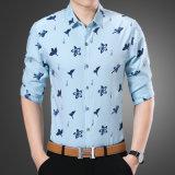 Del tasto camicia di affari giù per i vestiti degli uomini con il reticolo del giglio