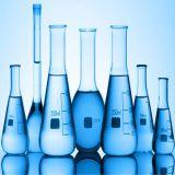 Piccoli e grandi vasi di vetro del laboratorio