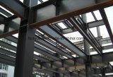 Magazzino d'acciaio della struttura con il fascio della gru