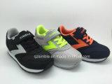 卸し売り子供または子供の方法偶然のスニーカーの靴