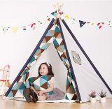 屋内及び屋外の子供の赤ん坊の子供によってはテントのTipiのテント小屋が現れる
