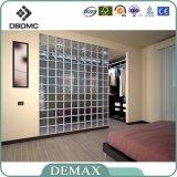 Freier Raum und befleckter kleiner Glasblock im Gebäude-Glas