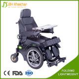 Aço que está acima a cadeira de rodas elétrica ao ar livre