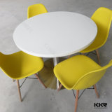 의자를 가진 단단한 지상 둥근 식탁