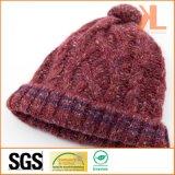 Chapeau tricoté par câble d'acrylique de 100% avec le bord et le Pompom rayés