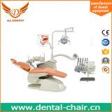 Fio ortodôntico dental com unidade dental da cadeira e equipamento dental