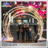 Ao ar livre através das luzes do arco do Natal da decoração da rua