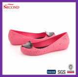 Дешевая девушка PVC студня нагнетает ботинки
