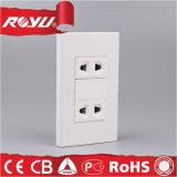 La energía eléctrica de la pared blanca cambia el socket