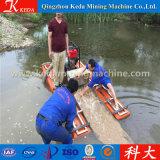 Chinesischer Lieferanten-Minigoldbagger im Fluss mit vielen Steinen