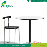 高品質の喫茶店のための円形の灰色の屋外のテーブルの上