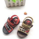 Un sandalo dei tre di colori capretti del PVC