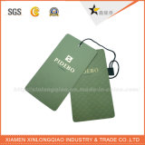 Étiquettes blanches de papier réutilisées de coup de vêtement de carte