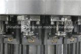 Relleno del agua carbónica y máquina del lacre con el certificado del Ce