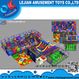 Bunte Kindertagesstätte scherzt aufregenden weichen Spielplatz