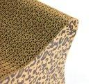A placa ondulada de Scratcher do gato brinca o animal de estimação que risca a almofada de risco do gato do cartão