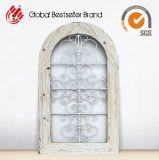 Het Houten Frame van de Kunst van het venster met de Bloem van het Metaal binnen de Kunst van de Muur van het Metaal (links-M170610)