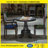 特別な主題レストランおよび棒は産業様式の表および椅子を古風にする