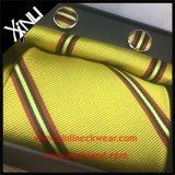 Os homens formam a seda de 100% tecida por atacado amarram e o lenço ajusta-se