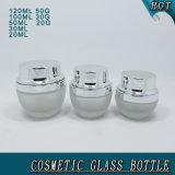 Bouteilles cosmétiques et chocs en verre givré avec les couvercles argentés brillants