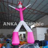 Hombre que agita del fantasma del bailarín inflable rosado del cielo