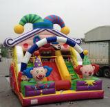 Скольжение популярного гигантского мостовья раздувное с шаржем клоуна