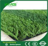 新式のサッカーの地上の人工的な草
