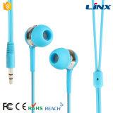 Uso do dia-a-dia no auscultadores da orelha para o jogo de escuta do jogo da música