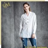 Les loisirs de mode complètent la chemise desserrée blanche de femmes