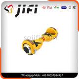 Individu sec équilibrant le scooter électrique