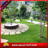 Grama artificial do jardim para ajardinar o gramado do jardim