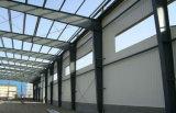 プレハブの波形の金属板の鉄骨構造の倉庫か研修会または家禽の小屋