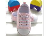 Chaussures roses d'enfant en bas âge de bébé pour aider d'intérieur inférieur