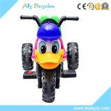 La bici bella del motore elettrico dell'anatra scherza l'automobile del giocattolo del motociclo
