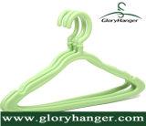 Percha de ropa plástica del color al por mayor para el uso casero