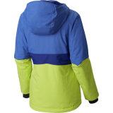다채로운 여자는 완전히 끈으로 엮인 덧대진 스키 재킷을 체중을 줄인다