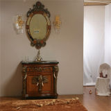 Cabina de cuarto de baño antigua de madera sólida del estilo con el espejo