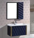 側面のキャビネットとの新しいPVC壁に取り付けられた浴室の虚栄心