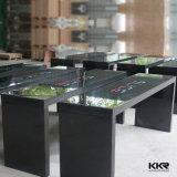 녹색 의자를 가진 단단한 지상 대중음식점 테이블